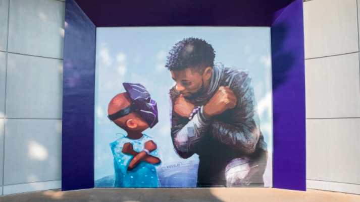 Mural Chadwick Boseman 'Black Panther' di Disneyland (Foto via variety.com)