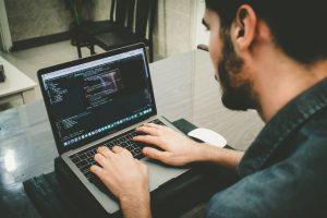 Menggunakan Flutter untuk membuat aplikasi powerfull (Photo by Danial RiCaRoS on Unsplash)